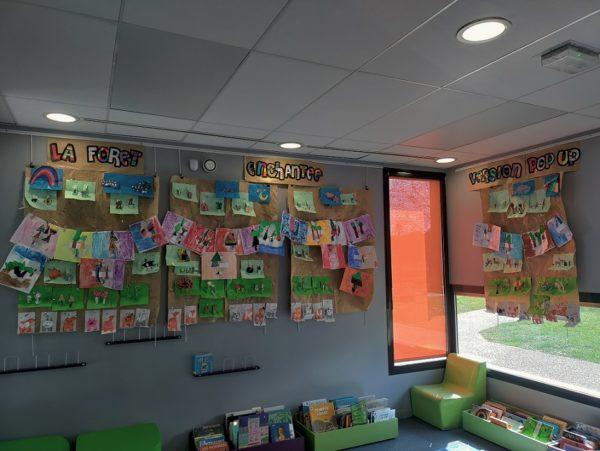 A la médiathèque de Cheptainville, les CP de Mmes Gomes et Marchand (École les Apprentis sorciers) ont réalisé une forêt tout en pop-up, inspirée du travail de Philippe UG.